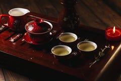 Καθορισμένη τελετή τσαγιού κινηματογραφήσεων σε πρώτο πλάνο κινεζική με κόκκινο cups1 Στοκ Εικόνες