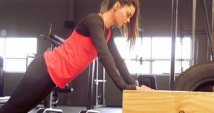 Καθορισμένη όμορφη καυκάσια γυναίκα που κάνει το ώθηση-UPS στο ξύλινο κιβώτιο 4k φιλμ μικρού μήκους