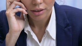 Καθορισμένη businesslady ομιλία στο τηλέφωνο, που συζητά τις λεπτομέρειες διαπραγμάτευσης, επικοινωνία φιλμ μικρού μήκους