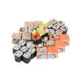 Καθορισμένοι ιαπωνικοί ρόλοι με το σολομό, τις γαρίδες και το αγγούρι Στοκ Εικόνες