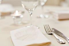 καθορισμένοι πίνακες γεύματος Στοκ φωτογραφίες με δικαίωμα ελεύθερης χρήσης