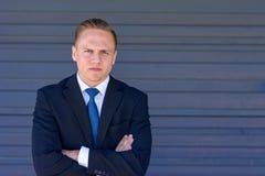 Καθορισμένος έξυπνος νέος επιχειρηματίας στοκ φωτογραφία με δικαίωμα ελεύθερης χρήσης
