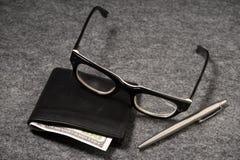 Καθορισμένος επιχειρηματίας Ασημένια μάνδρα, μαύρο πορτοφόλι σε ένα παλαιό υπόβαθρο Στοκ Εικόνες