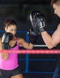 Καθορισμένος θηλυκός μπόξερ που στρέφεται σε την που εκπαιδεύει Στοκ Εικόνες