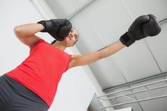 Καθορισμένος θηλυκός μπόξερ που στρέφεται στην κατάρτιση στη γυμναστική Στοκ φωτογραφίες με δικαίωμα ελεύθερης χρήσης