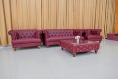 Καθορισμένος κόκκινος καναπές και κίτρινο υπόβαθρο κουρτινών Στοκ φωτογραφίες με δικαίωμα ελεύθερης χρήσης
