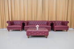 Καθορισμένος κόκκινος καναπές και κίτρινο υπόβαθρο κουρτινών Στοκ Φωτογραφίες