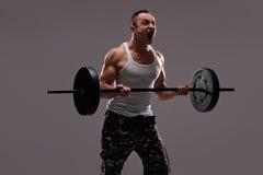 Καθορισμένος νέος αθλητής που ασκεί με ένα barbell στοκ εικόνες