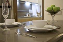 καθορισμένος πίνακας αιθουσών εκθέσεως γεύματος Στοκ εικόνες με δικαίωμα ελεύθερης χρήσης