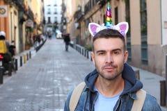 Καθορισμένος τύπος που φορά την κορώνα μονοκέρων στοκ φωτογραφίες