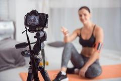 Καθορισμένος blogger κάνοντας ένα νέο βίντεο για τον αθλητισμό της blog Στοκ Εικόνες