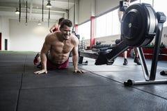 Καθορισμένο άτομο που ασκεί Pushups στη γυμναστική στοκ εικόνες