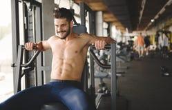 Καθορισμένο άτομο που επιλύει στη γυμναστική Στοκ Φωτογραφία