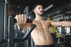Καθορισμένο άτομο που επιλύει στη γυμναστική Στοκ εικόνα με δικαίωμα ελεύθερης χρήσης