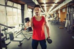 Καθορισμένο αρσενικό που ασκεί στη γυμναστική Στοκ εικόνες με δικαίωμα ελεύθερης χρήσης