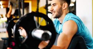 Καθορισμένο αρσενικό που επιλύει στη γυμναστική Στοκ Φωτογραφίες