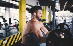 Καθορισμένο αρσενικό που επιλύει στη γυμναστική Στοκ Φωτογραφία