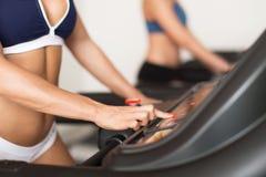 Καθορισμένο επίπεδο γυναικών treadmill στη γυμναστική Στοκ Εικόνα