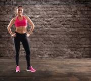 Καθορισμένο κορίτσι στη γυμναστική έτοιμη να αρχίσει το μάθημα ικανότητας Στοκ Φωτογραφίες