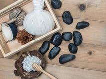Καθορισμένο μασάζ Aromatherapy product Spa με το άσπρο ξύλινο backgrou Στοκ Φωτογραφία
