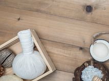 Καθορισμένο μασάζ Aromatherapy product Spa με το άσπρο ξύλινο backgrou Στοκ Φωτογραφίες