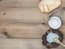 Καθορισμένο μασάζ Aromatherapy product Spa με το άσπρο ξύλινο backgrou Στοκ φωτογραφίες με δικαίωμα ελεύθερης χρήσης