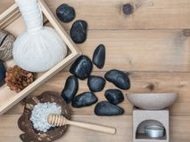 Καθορισμένο μασάζ Aromatherapy product Spa με το άσπρο ξύλινο backgrou Στοκ Εικόνες