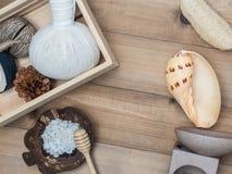 Καθορισμένο μασάζ Aromatherapy product Spa με το άσπρο ξύλινο backgrou Στοκ φωτογραφία με δικαίωμα ελεύθερης χρήσης