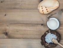 Καθορισμένο μασάζ Aromatherapy product Spa με το άσπρο ξύλινο backgrou Στοκ εικόνες με δικαίωμα ελεύθερης χρήσης