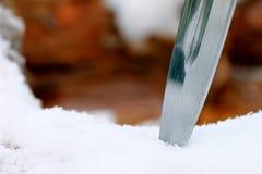 Καθορισμένο μαχαίρι κυνηγιού στο χειμερινό χιονώδες δάσος Στοκ Εικόνες