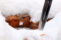 Καθορισμένο μαχαίρι κυνηγιού στο χειμερινό χιονώδες δάσος Στοκ εικόνες με δικαίωμα ελεύθερης χρήσης