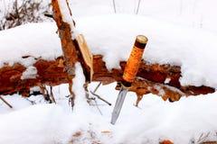 Καθορισμένο μαχαίρι κυνηγιού στο χειμερινό χιονώδες δάσος Στοκ Εικόνα