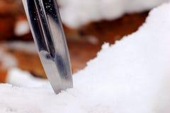 Καθορισμένο μαχαίρι κυνηγιού στο χειμερινό χιονώδες δάσος Στοκ φωτογραφία με δικαίωμα ελεύθερης χρήσης
