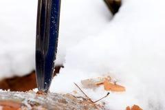 Καθορισμένο μαχαίρι κυνηγιού στο χειμερινό χιονώδες δάσος Στοκ Φωτογραφίες