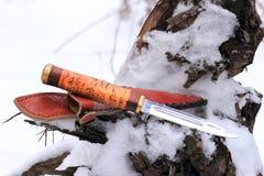 Καθορισμένο μαχαίρι κυνηγιού στο χειμερινό χιονώδες δάσος Στοκ εικόνα με δικαίωμα ελεύθερης χρήσης