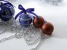 Καθορισμένο μπιχλιμπίδι Χριστουγέννων με την κορδέλλα στο λευκό στοκ φωτογραφίες