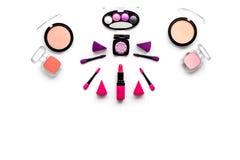 Καθορισμένο σχέδιο Makeup Σκιές ματιών, ρουζ, nailpolish, κραγιόν, applicators στην άσπρη τοπ άποψη υποβάθρου copyspace Στοκ Φωτογραφίες