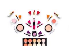 Καθορισμένο σχέδιο Makeup Σκιές ματιών, ρουζ, nailpolish, κραγιόν, applicators στην άσπρη τοπ άποψη υποβάθρου Στοκ Εικόνα