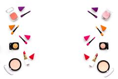 Καθορισμένο σχέδιο Makeup Σκιές ματιών, ρουζ, nailpolish, κραγιόν, applicators στην άσπρη τοπ άποψη υποβάθρου copyspace Στοκ Εικόνες