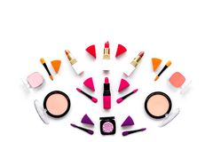 Καθορισμένο σχέδιο Makeup Σκιές ματιών, ρουζ, nailpolish, κραγιόν, applicators στην άσπρη τοπ άποψη υποβάθρου copyspace Στοκ εικόνες με δικαίωμα ελεύθερης χρήσης