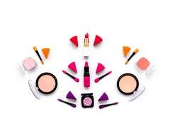 Καθορισμένο σχέδιο Makeup Σκιές ματιών, ρουζ, nailpolish, κραγιόν, applicators στην άσπρη τοπ άποψη υποβάθρου copyspace Στοκ φωτογραφία με δικαίωμα ελεύθερης χρήσης