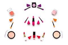 Καθορισμένο σχέδιο Makeup Σκιές ματιών, ρουζ, nailpolish, κραγιόν, applicators στην άσπρη τοπ άποψη υποβάθρου Στοκ φωτογραφίες με δικαίωμα ελεύθερης χρήσης