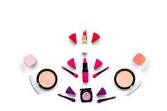 Καθορισμένο σχέδιο Makeup Σκιές ματιών, ρουζ, nailpolish, κραγιόν, applicators στην άσπρη τοπ άποψη υποβάθρου copyspace Στοκ Φωτογραφία
