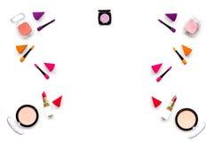 Καθορισμένο σχέδιο Makeup Σκιές ματιών, ρουζ, nailpolish, κραγιόν, applicators στην άσπρη τοπ άποψη υποβάθρου copyspace Στοκ Εικόνα