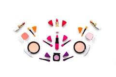 Καθορισμένο σχέδιο Makeup Σκιές ματιών, ρουζ, nailpolish, κραγιόν, applicators στην άσπρη τοπ άποψη υποβάθρου Στοκ εικόνες με δικαίωμα ελεύθερης χρήσης