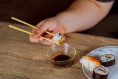 Καθορισμένο σύνολο σουσιών Χέρι με chopsticks για τα σούσια Στοκ φωτογραφίες με δικαίωμα ελεύθερης χρήσης