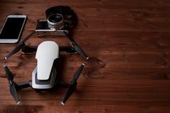 καθορισμένο ταξίδι Smartphone, κάμερα και κηφήνας στο κατασκευασμένο ξύλινο υπόβαθρο Στοκ φωτογραφίες με δικαίωμα ελεύθερης χρήσης