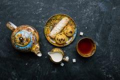 καθορισμένο τσάι Ασιατικό αρτοποιείο γλυκών Τοπ όψη Σκοτεινή ανασκόπηση Στοκ Εικόνες