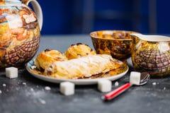 καθορισμένο τσάι Ασιατικό αρτοποιείο γλυκών Τοπ όψη Σκοτεινή ανασκόπηση Στοκ εικόνες με δικαίωμα ελεύθερης χρήσης