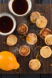 καθορισμένο τσάι Σπιτικά μπισκότα, οργανικό λεμόνι και μαύρο τσάι στο σκοτεινό ρ Στοκ εικόνες με δικαίωμα ελεύθερης χρήσης